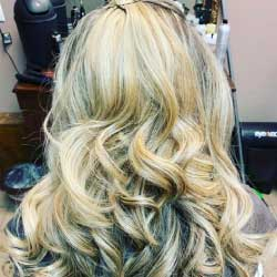 Blonde woman with curls - Salon Bambino